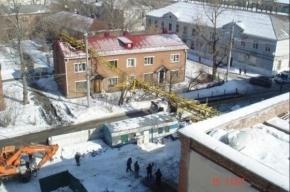 Кран рухнул на жилой дом в Омске