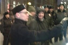 Уголовник Булатов пытается прогнать защитников Савченко