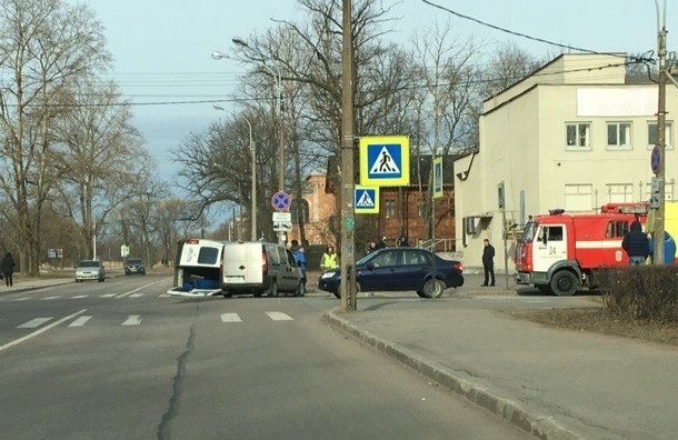 Микроавтобус перевернулся в Петергофе, «скорая» на месте