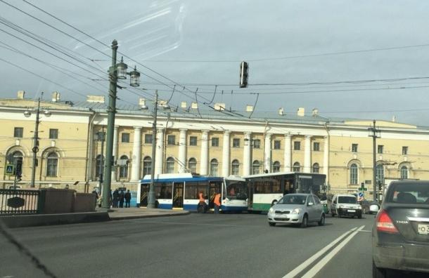 Автобус и троллейбус столкнулись на Дворцовом мосту