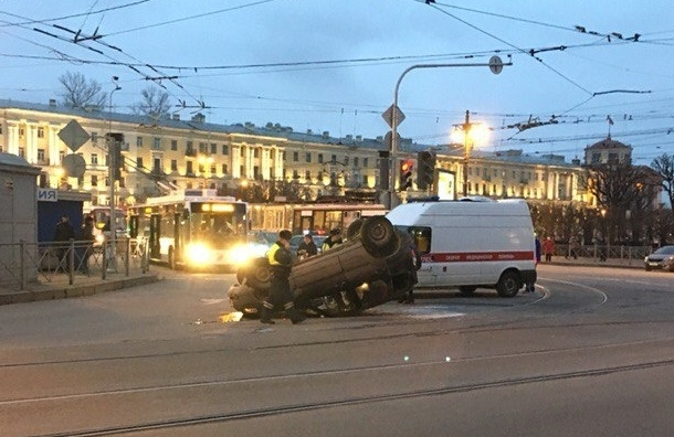 Машина с пенсионеркой перевернулась на крышу на площади Ленина