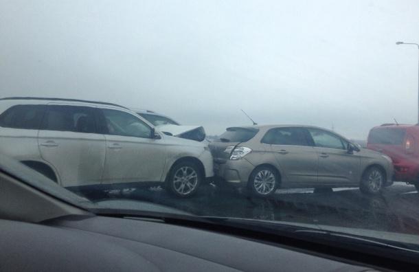 Пять машин столкнулись на КАД в Петербурге