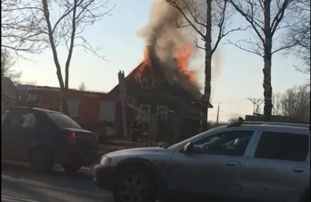 Деревянный частный дом горит на Аннинском шоссе