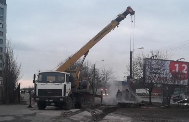 Кран разворотил землю в месте коммунальной аварии в Купчино