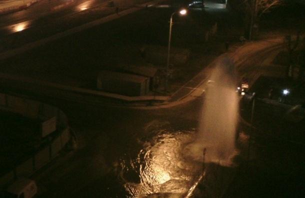 Фонтан воды высотой в несколько этажей забил на Дунайском