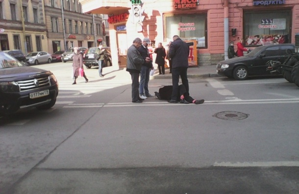 Очевидцы: Таксист сбил девушку на Мытнинской