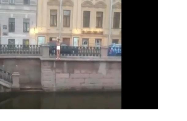 Пьяные парни открыли купальный сезон в канале Грибоедова
