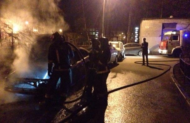 Пожарные тушили Skoda на улице Подводника Кузьмина