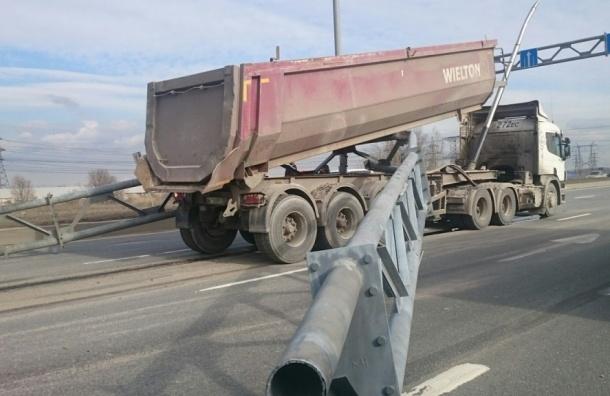 Грузовик зацепил ограждение на Софийской улице