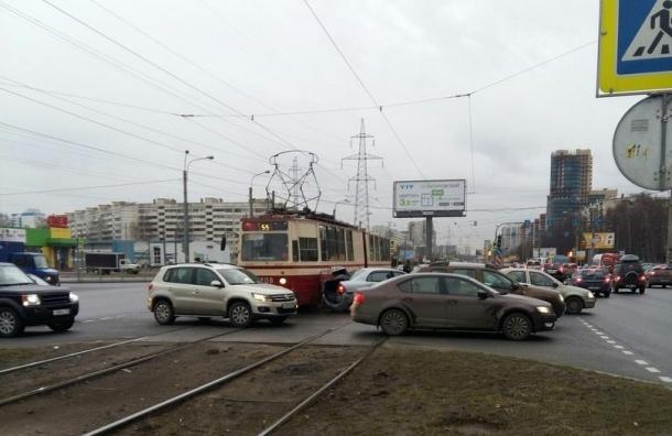ДТП с участием трамвая и иномарок произошло на проспекте Сизова