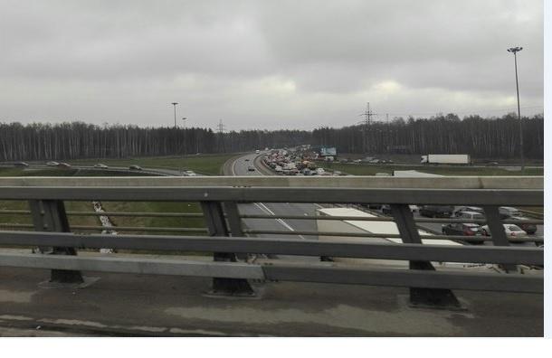Пробки скопились на трассах из Петербурга в дачных направлениях