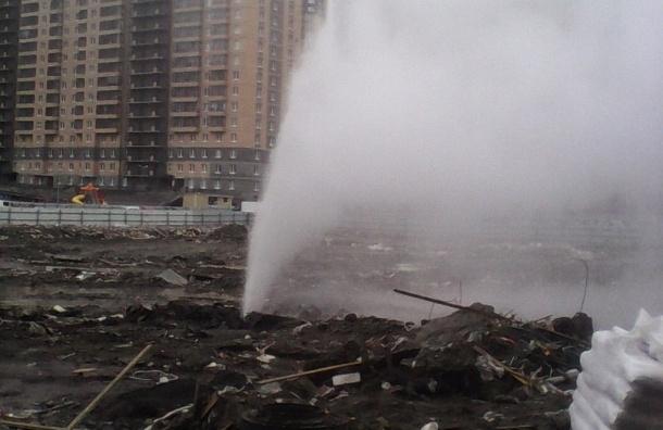 Многометровый фонтан забил из-за повреждения трубопровода на Парнасе