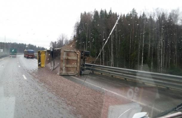 Грузовик рассыпал щебень на Новоприозерском шоссе