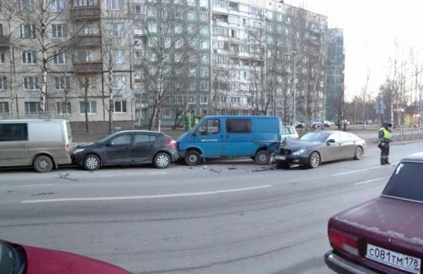 «Мерседес» протаранил три машины на улице Жени Егоровой