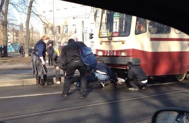 Пьяного зажало под трамваем на проспекте Обуховской Обороны