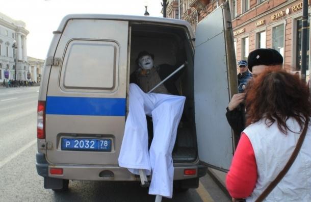 Мим на ходулях залез в полицейскую машину на Невском