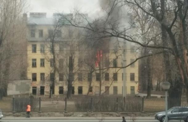 Заброшенный дом горит на проспекте Обуховской обороны