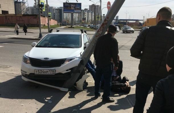 Водитель потерял сознание и врезался в столб на улице Ильюшина