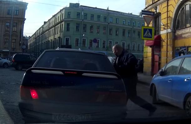 Петербуржец разбил окно в машине, не пропустившей его на «зебре»