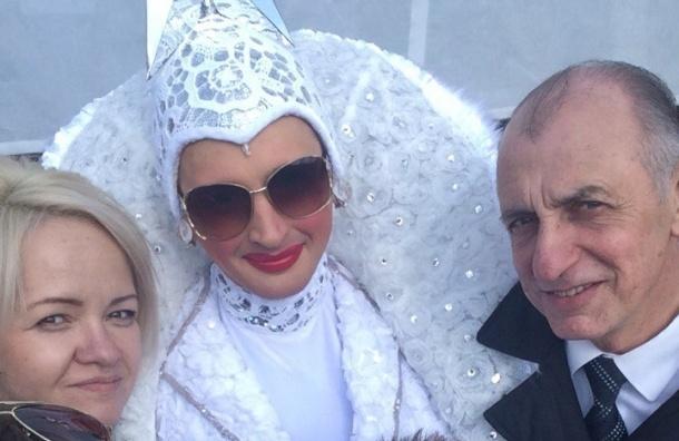Петербургский единоросс сделал селфи с трансвеститом