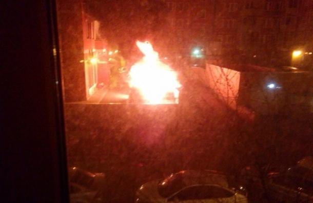 Семь автомобилей уничтожил огонь за ночь в Петербурге