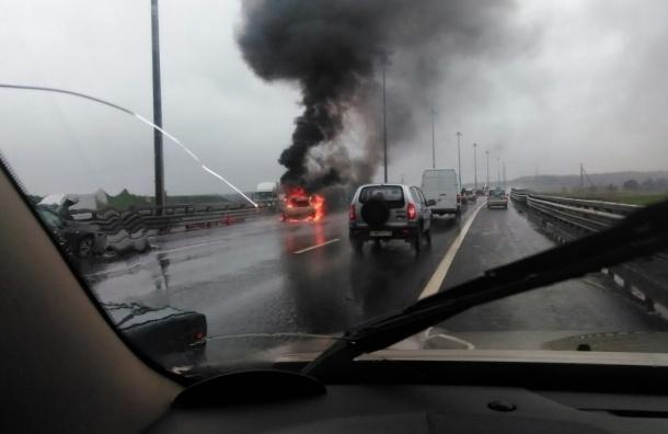 После аварии на 52 км КАД загорелась машина