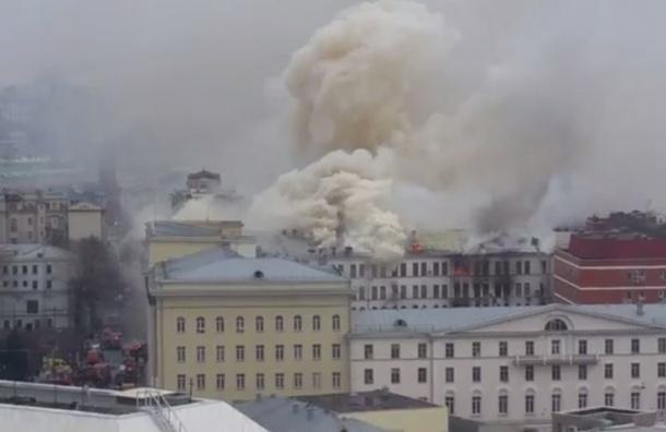 Кровля горящего здания Минобороны рухнула в Москве