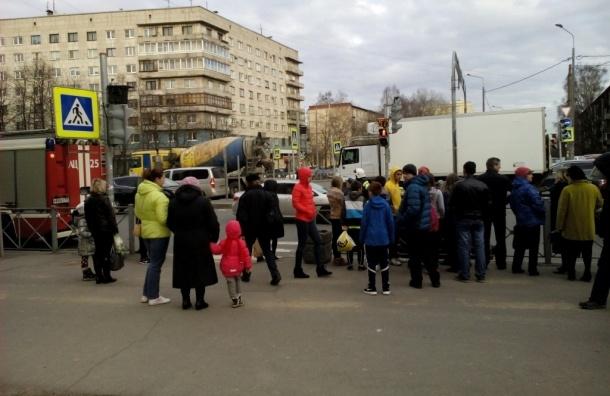 Толпа стоит возле сбитой 10-летней девочки на Бабушкина