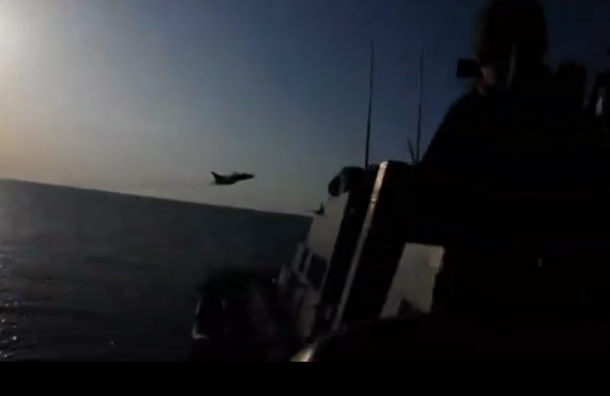 Бомбардировщик ВВС РФ попал на видео в момент имитации атаки на корабль США