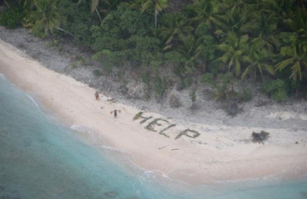 Попавшие на необитаемый остров моряки выложили надпись Help на песке