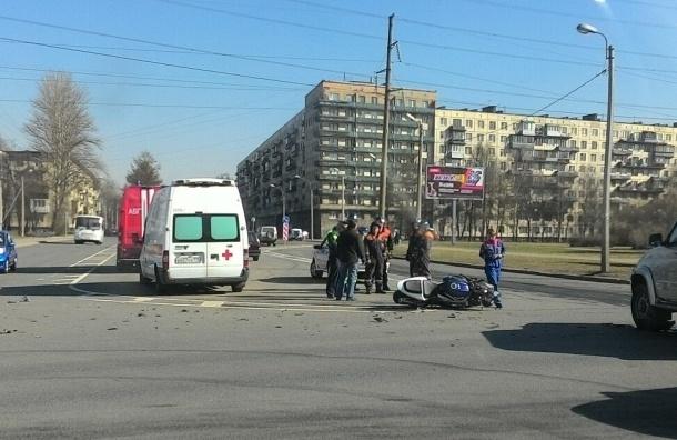 Мотоциклист лежал на земле после ДТП на Замшиной