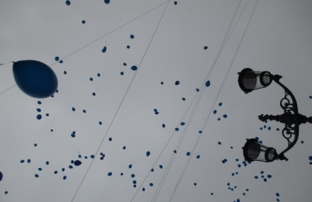 Синие шарики взмыли над центром Петербурга