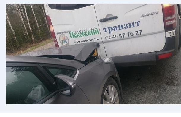 Очевидцы: Псковская маршрутка попала в ДТП на Киевском шоссе