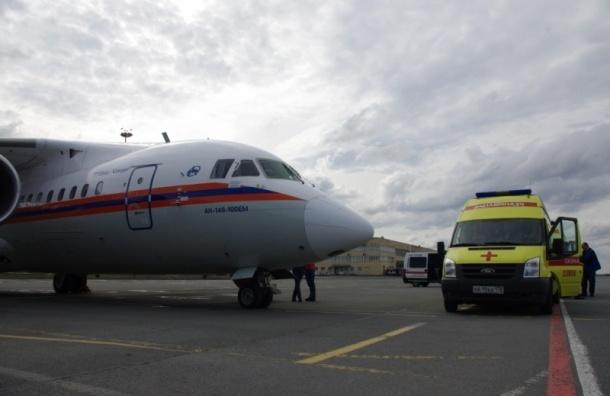 Двух тяжелобольных младенцев доставили в Петербург на самолете МЧС