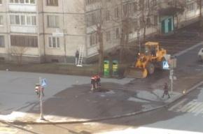 Поливальная машина провалилась в асфальт на проспекте Художников