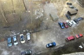 Разлившийся кипяток на Шлиссельбургском проспекте затопил машины