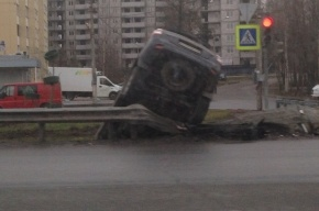 Иномарка пробила ограждение и повисла над кюветом в Сестрорецке