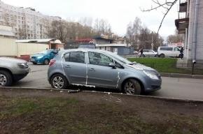 Неизвестные запенили все щели иномарки на Добрушской улице