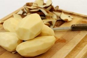 Петербурженка во время чистки картошки порезала сожителя