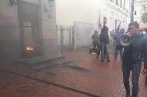 Неизвестные закидали дымовыми шашками офис Россотрудничества в Киеве