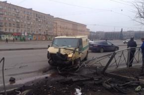 Машина инкассации столкнулась с иномаркой на Стачек
