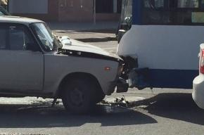 «Жигули» врезалась в троллейбус на Бассейной улице