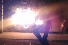 Очевидцы: В Старом Петергофе горел и взрывался автомобиль