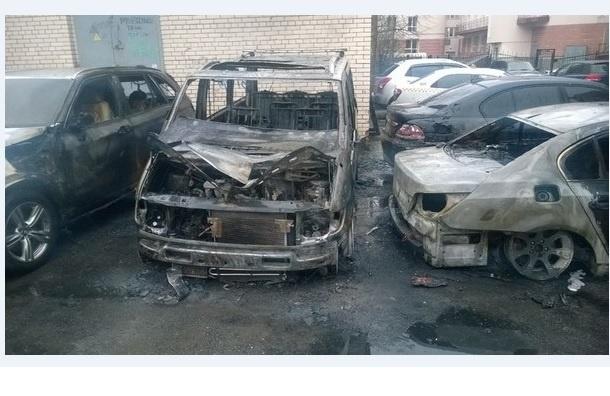 Четыре автомобиля пострадали от пожара в Пушкине