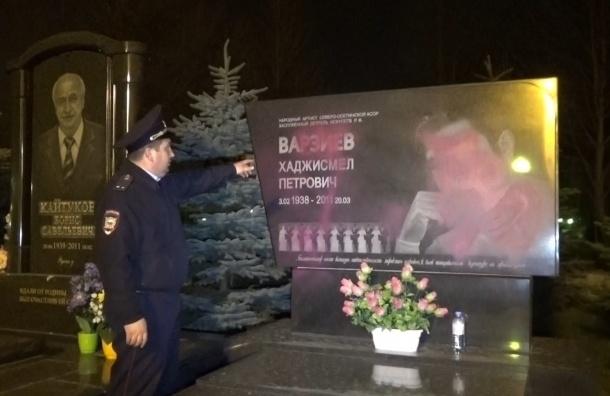 Учитель из Владикавказа залила розовой краской памятники артистам на кладбище