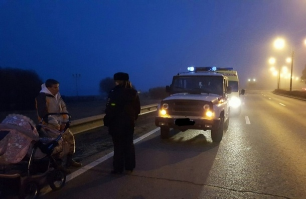 Нетрезвый мужчина гулял с грудным ребенком по трассе Приморского шоссе