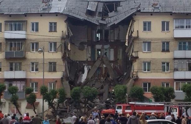 Подъезд дома рухнул в Междуреченске, спасатели вытаскивают из-под завалов людей