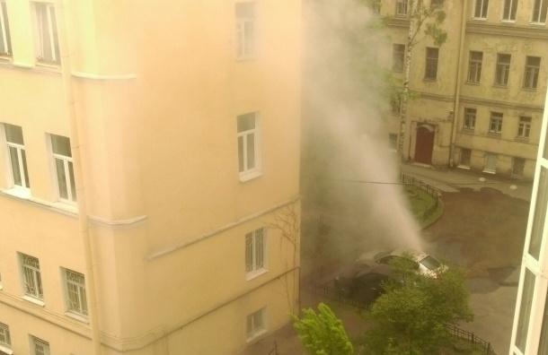 Фонтан прорвал асфальт на Васильевском острове, достигнув высоты четырех этажей