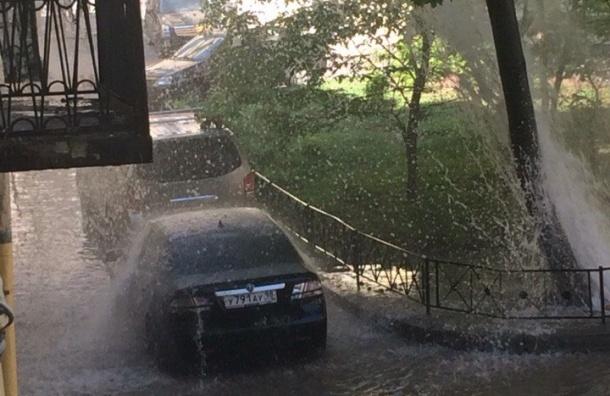 Фонтан воды разлил озеро во дворах переулка Гривцова