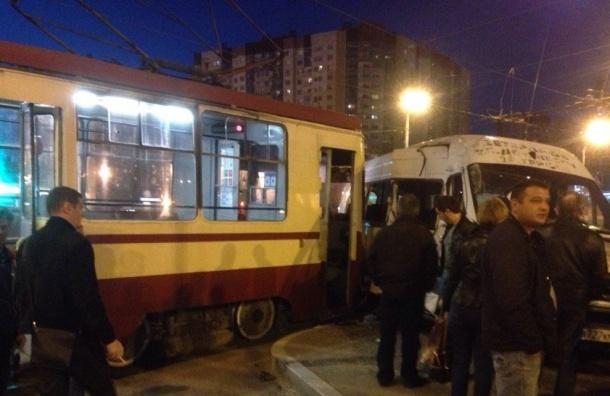 Пустая маршрутка попала в аварию на Косыгина